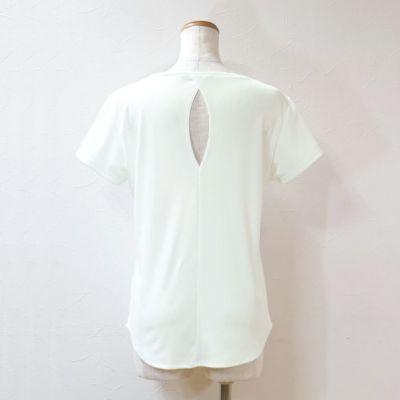 デコルテを美しく見せる衿ぐりに、裾のカーブとより可愛く見せる要素がたっぷりのトップス